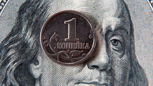 Рубль отыгрывает потери из-за дорожающей нефти
