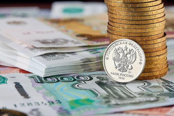 Рубль дешевеет перед майскими праздниками. Угрожающая риторика запада давит на инвесторов