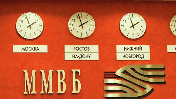 Российский фондовый рынок подавлен риском новых санкций и дешевеющей нефтью