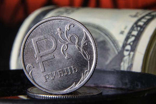 Курс рубля укрепился перед длинными выходными