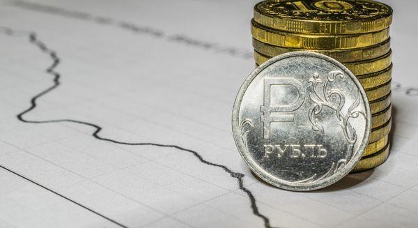 Рубль устойчив после выходных и остается ниже 74 за доллар