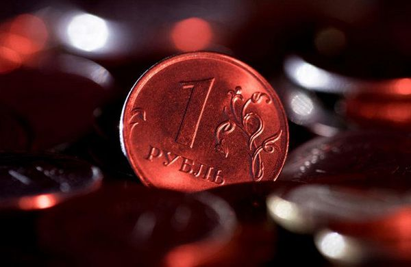 Курс рубля уверенно держит оборону против доллара и евро