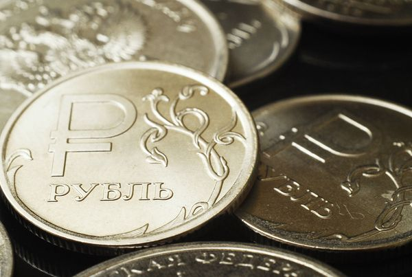 Курс рубля закрепился ниже 73 за доллар
