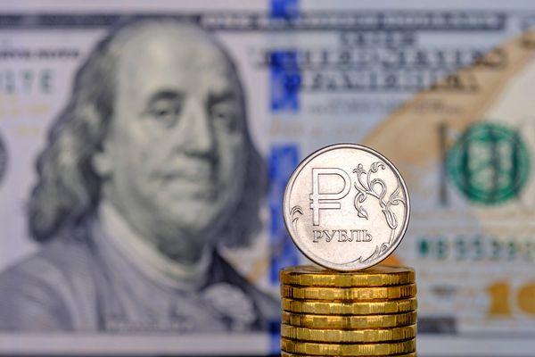 Рубль подешевел к доллару США на фоне его резкого подорожания на рынке
