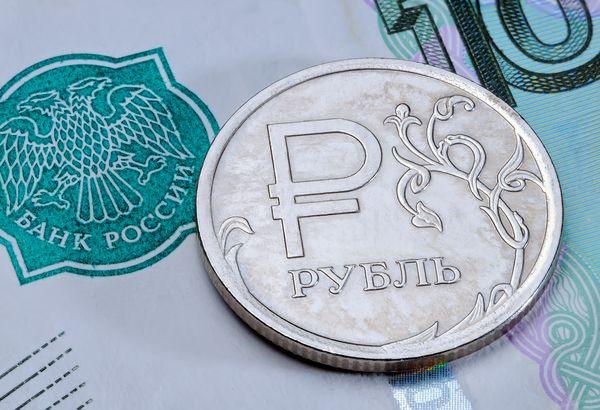Рубль решил отступить на фоне укрепления доллара