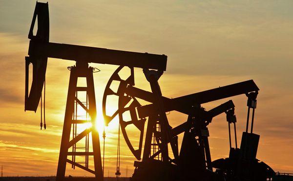 Курс нефти сползает все ниже, Brent подешевела более чем на 4%