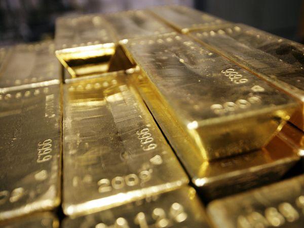 Курс золота падает третий день, сильный доллар мешает покупателям