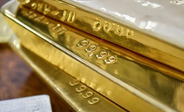 Курс золота после трех дней уверенного роста снизился