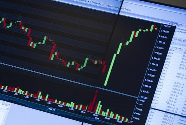 Российский фондовый в понедельник прибавляет в весе доллар топчется на месте