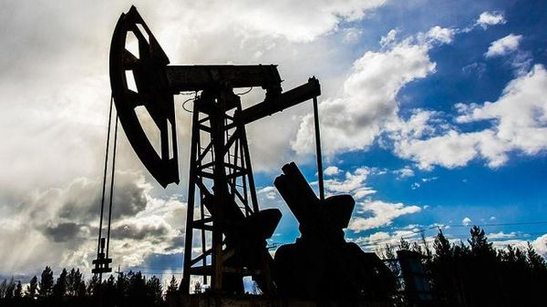 Курс нефти теряет 1% на открытии торгов в понедельник