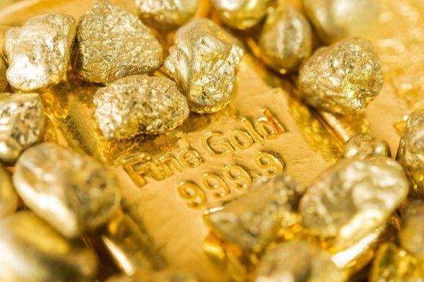 Курс золота в понедельник снизился под давлением доллара
