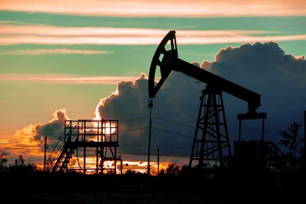 Курс нефти отыграл более половины потерь вчерашних торгов