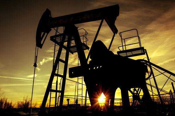Курс нефти вышел в небольшой плюс пока доллар активно продавали