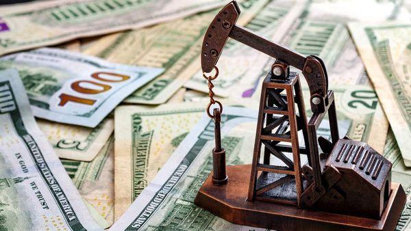 Курс доллара под давлением, нефть прибавляет 0.62%