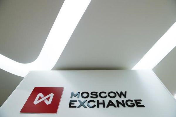 Российский фондовый рынок отступил после падения нефтяных цен