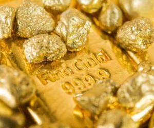 Курс золота в понедельник снизился под давлением