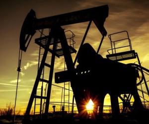 Курс нефти вышел в небольшой плюс пока доллар активно