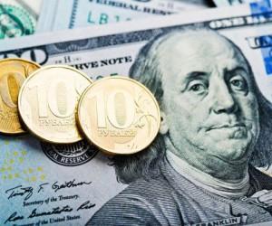 Рубль во власти доллара начавшего неделю сильнейшим