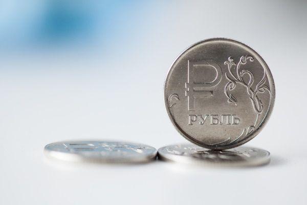 Рубль следует вверх за ценами на энергоносители