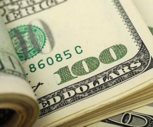 Доллар остается устойчивым в сравнении с фондовым